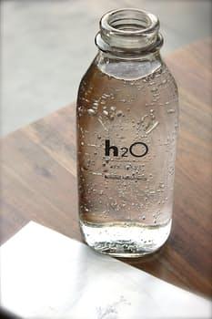 בקבוק קטן למים למטוס
