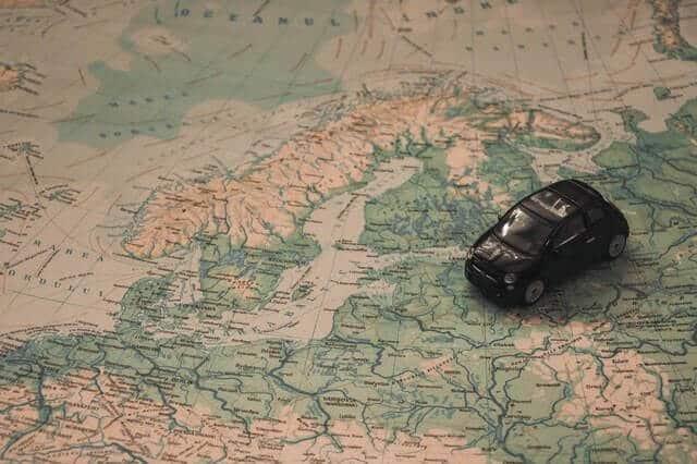 רכב נוסע על המפה