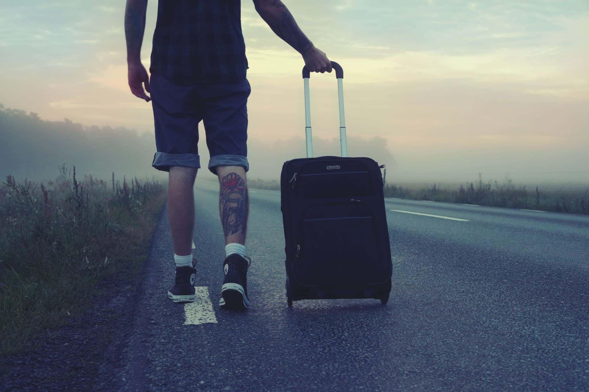 הולך עם מזוודה על כביש