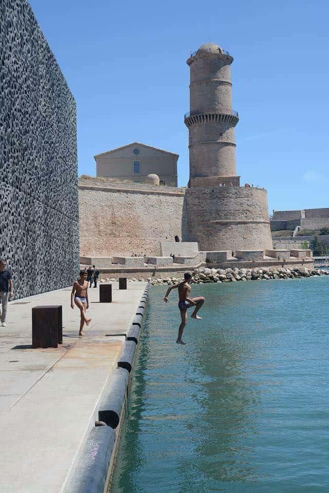 קופצים למים ליד מצודת סן - ז'אן