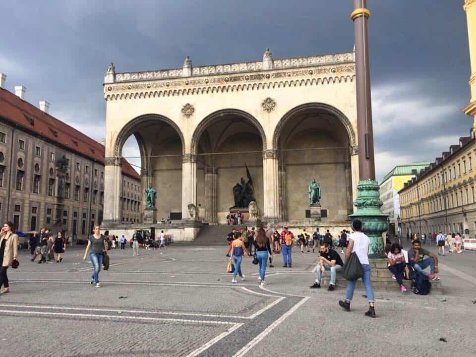 הפלדהרנהלה בכיכר אודאון מינכן