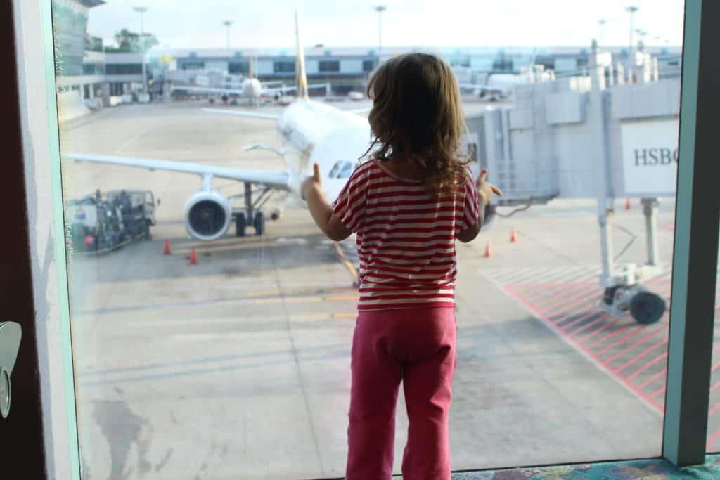 ילדה בשדה התעופה