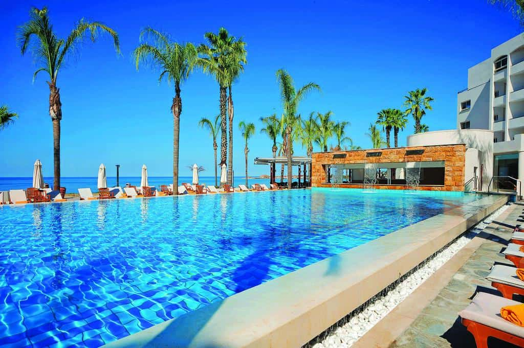 בריכת השחייה מלון אלכסנדר פאפוס